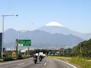 東名高速から見る富士山