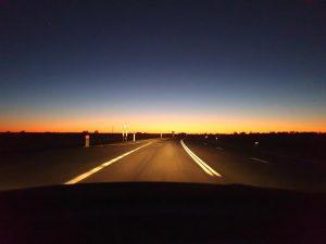 夕暮れどきの内陸の道
